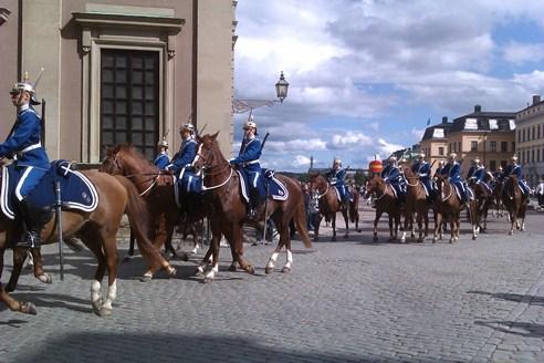 Reiterparade der Garde vor dem königlichen Schloss in Stockholm