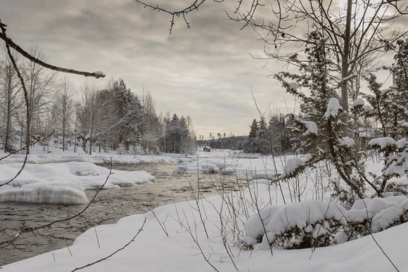 Der Fluss Voxnan im winterlich verschneiten Kleid in der Nähe von Bollnäs und Söderhamn in Hälsingland