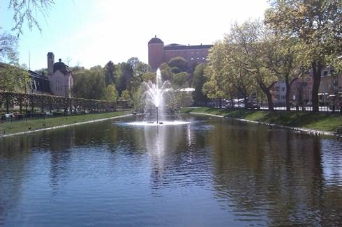 """Blick von """"svandammen"""", dem """"Schwanenteich"""", auf das Schloss Uppsala"""